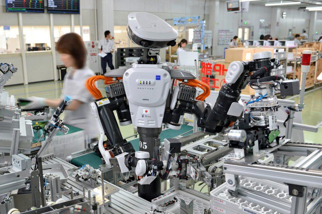 robot Nextage trabajando en una fábrica