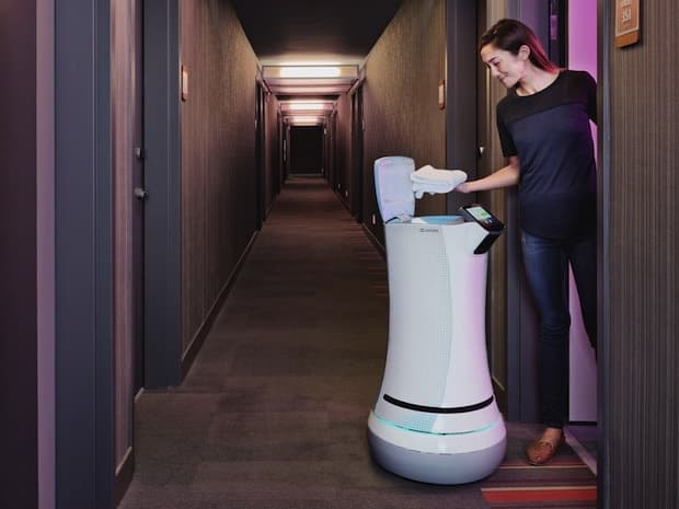 Imagen del robot mayordomo Savioke en un hotel junto con un cliente o huésped