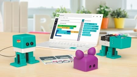 Foto del robot Zowi delante de una pantalla