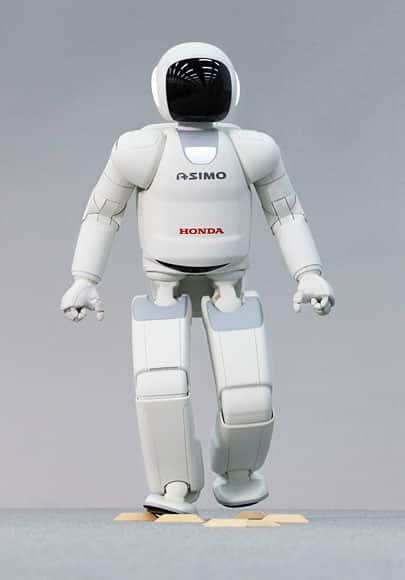 El robot Asimo es un robot japones creado por la empresa Honda. Ha sido considerado como el mejor robot durante años. Se trata de un robot social que define perfectamente qué es un robot y las características de la robótica