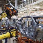Imagen de robots industriales en fábrica