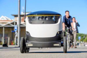 Robot repartidor Starship con ruedas e inteligencia artificial lleva comida a casa