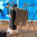 Robot mayordomo Ugo que dobla la ropa y limpia la casa diseñado por Mira Robotics