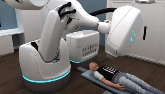 robot y sistema cyberknife de Accuray para radiación de cáncer y metástasis