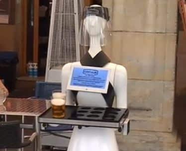 El robot Alexia de Cocuus sirve cervezas en Pamplona