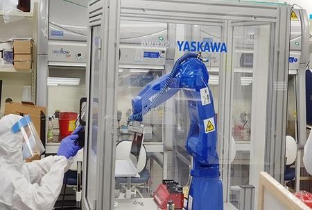 Yaskawa robotiza un laboratorio que lucha contra el Covid-19