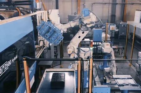 Probot automatiza la producción y el montaje de las cajas de plástico