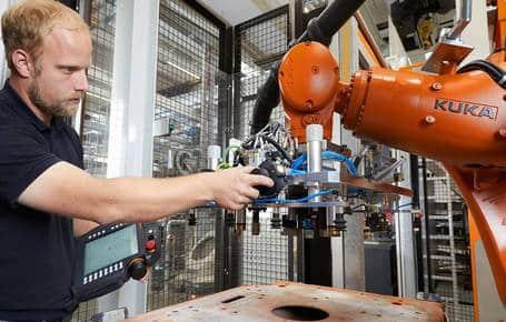 KUKA ready2_pilot facilita la programación de los robots industriales