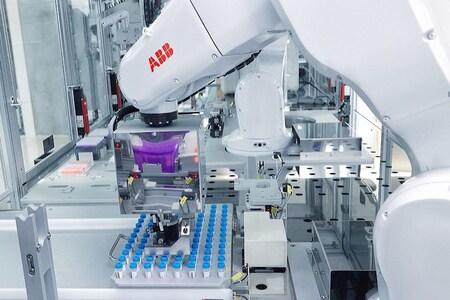 Los robots de laboratorio de ABB automatizan los procesos de muestreo
