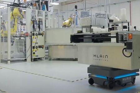 Robots móviles para transportar materiales en línea de montaje