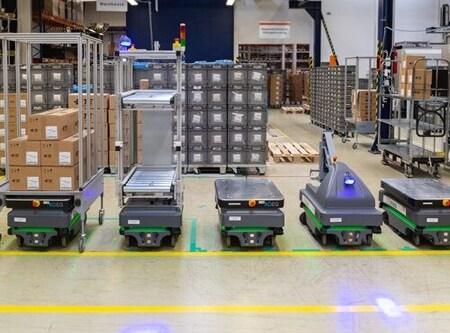 Robots móviles para mover y transportar jaulas