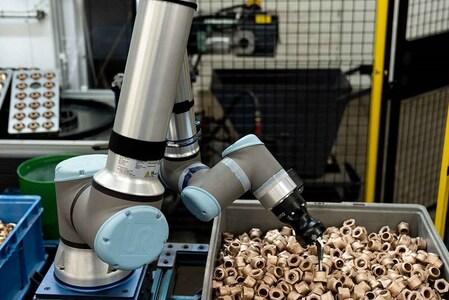 Cobots para la carga y descarga de piezas de máquinas CNC